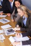De onderneemster en haar team werkt aan berekeningen Stock Afbeelding