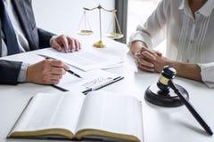 De onderneemster en de Mannelijke advocaat of de rechter raadplegen en conferentie die teamvergadering cli?nt bij advocatenkantoo royalty-vrije stock foto