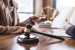 De onderneemster en de Mannelijke advocaat of de rechter raadplegen het hebben van teamvergadering cli?nt, Wet en de Juridische d stock fotografie