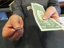 De onderneemster Handing Money United verklaart Dollars en Muntstukken, Bedrijfsfinanciënconcept stock foto
