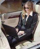 De onderneemster heeft een ventilator met laptop royalty-vrije stock foto's