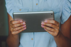 De onderneemster houdt digitale tablet Royalty-vrije Stock Foto's
