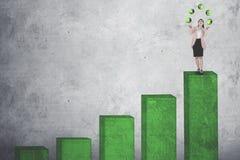 De onderneemster jongleert met met muntsymbolen Stock Foto's