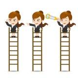 De onderneemster kijkt op de ladder Stock Foto's