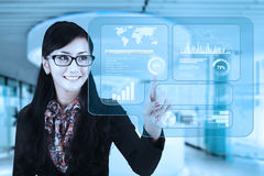 De onderneemster maakt oplossingen op het virtuele scherm stock afbeelding