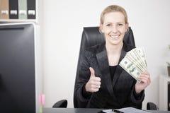 De onderneemster met Contant geld het Tonen beduimelt omhoog stock afbeelding