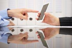 De onderneemster op vergadering toont resultaten op slimme mobiele telefoon stock afbeelding