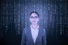 De onderneemster probeert om binaire code te vertalen Stock Afbeeldingen