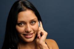 De onderneemster spreekt aan mobil telefoon Stock Afbeelding