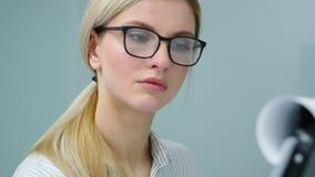 De onderneemster treft voor haar presentatie voorbereidingen schrijvend haar ideeën op flipchart stock videobeelden