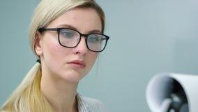 De onderneemster treft voor haar presentatie voorbereidingen schrijvend haar ideeën op flipchart stock video