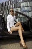 De onderneemster van de blonde in een auto Stock Foto