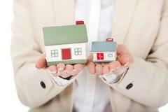 De onderneemster vergelijkt twee huismodellen Royalty-vrije Stock Afbeelding