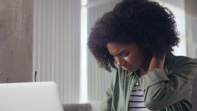 De onderneemster wrijft haar hals in spanning op het werk stock videobeelden