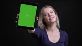 De onderneemster zet app in tablet aan en toont het vreugdevol groene scherm van het in camera op zwarte achtergrond stock videobeelden