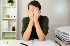 De onderneemsters die achter haar verbergen dient een bureau in Bedrijfsvin stock foto