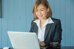 De onderneemsters gebruiken laptop om informatie te vinden bij het werken met vin royalty-vrije stock afbeelding