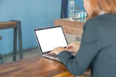 De onderneemsters gebruiken laptop om informatie te vinden bij het werken met vin royalty-vrije stock fotografie