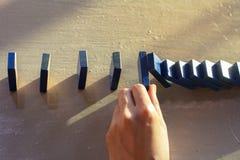 De onderneemsters overhandigen het Tegenhouden van Dalend houten Domino'seffect van ononderbroken omvergeworpen of risico Royalty-vrije Stock Fotografie