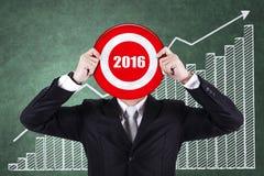 De ondernemer houdt dartboard met nummer 2016 Royalty-vrije Stock Foto