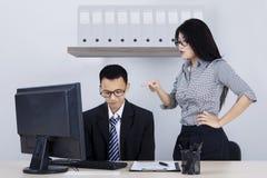 De ondernemer toont boze uitdrukking aan werknemer stock fotografie