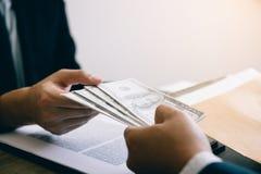 De ondernemers ontvangen geld dat een steekpenning van hun partners met allebei is van wie in de bedrijfruimte corrupt zijn stock afbeeldingen