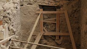 De ondersteunende die bouw wordt gemaakt om te verhinderen vernietiging van huis bij graaft van Akrotiri stock videobeelden