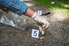 De onderzoeker verzamelt bewijsmateriaal - het onderzoek van de misdaadscène stock foto