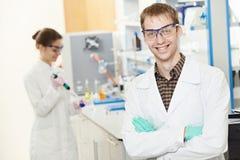 De onderzoekersarbeiders van de chemicus in laboratorium royalty-vrije stock foto's