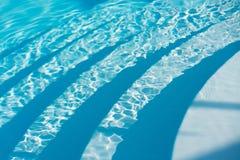 De ondiepe Zwembadbodem betegelt Waterachtergrond Stock Afbeelding
