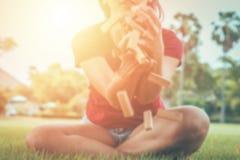 De onduidelijk beeldvrouwen proberen om houten stuk speelgoed in de lucht, Concept te vangen voor Uitdaging en in Zaken te ontbre stock foto