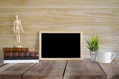 De Onechte omhoog tijdgenoot van de het werkruimte: houten tafelblad houten bureau met royalty-vrije stock afbeeldingen