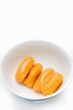 De onechte zaden van het hefboomfruit in kleine schotelverticaal 2 Royalty-vrije Stock Afbeelding