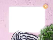 De onechte zich omhoog lege spatie met bloemen vertakt, brandend kaars en sjaal op roze achtergrond royalty-vrije stock afbeelding