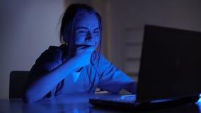De onervaren verpleegster die fout in online medische dossiersregistratie maken, ontbreekt stock footage