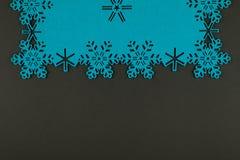 De ongebruikelijke achtergrond van ontwerpkerstmis met blauwe sneeuwvlokken Stock Foto's