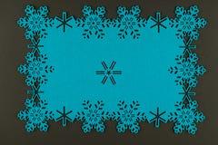De ongebruikelijke achtergrond van ontwerpkerstmis met blauwe sneeuwvlokken Stock Foto