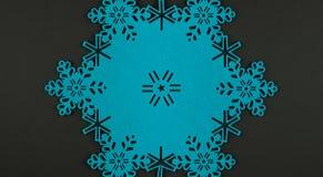 De ongebruikelijke achtergrond van ontwerpkerstmis met blauwe sneeuwvlokken en exemplaarruimte Stock Afbeeldingen