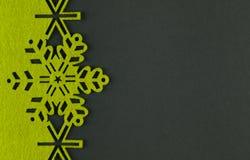 De ongebruikelijke achtergrond van ontwerpkerstmis met gele sneeuwvlokken Stock Fotografie