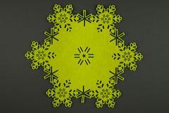 De ongebruikelijke achtergrond van ontwerpkerstmis met gele sneeuwvlokken en exemplaarruimte Royalty-vrije Stock Afbeeldingen