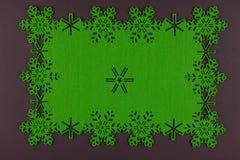 De ongebruikelijke achtergrond van ontwerpkerstmis met groene sneeuwvlokken Royalty-vrije Stock Foto