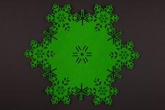 De ongebruikelijke achtergrond van ontwerpkerstmis met groene sneeuwvlokken Stock Fotografie