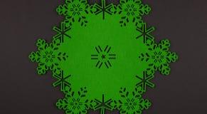 De ongebruikelijke achtergrond van ontwerpkerstmis met groene sneeuwvlokken en exemplaarruimte Stock Foto