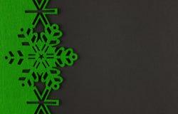 De ongebruikelijke achtergrond van ontwerpkerstmis met groene sneeuwvlokken en exemplaarruimte Royalty-vrije Stock Foto