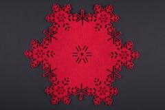 De ongebruikelijke achtergrond van ontwerpkerstmis met rode sneeuwvlokken en exemplaarruimte Stock Afbeeldingen