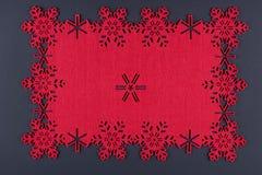 De ongebruikelijke achtergrond van ontwerpkerstmis met rode sneeuwvlokken en exemplaarruimte Stock Fotografie