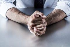 De ongeduldige bazige die gebaren van de zakenmanhand door beheer worden gefrustreerd en worden geërgerd Stock Fotografie