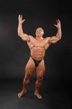 De ongeklede bodybuilder heft omhoog handen op Royalty-vrije Stock Fotografie