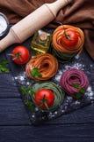 De ongekookte tagliatelle van kleurendeegwaren Royalty-vrije Stock Afbeelding