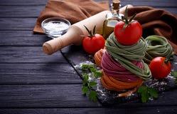 De ongekookte tagliatelle van kleurendeegwaren Royalty-vrije Stock Foto